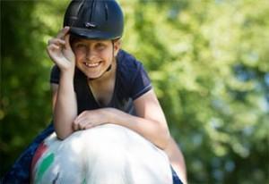 Kind auf einem Pferd